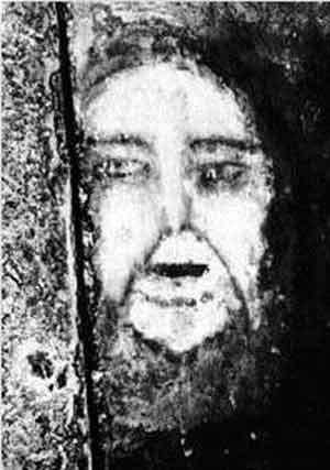 """La cara de Chávez """"se aparece"""" en las obras del metro de Caracas Face_of_belmez_lg1"""
