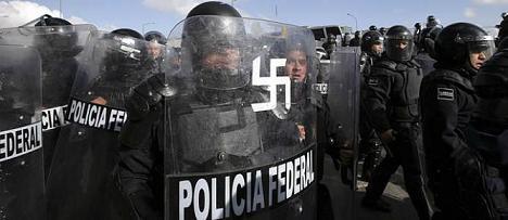 policia-esvastica-escudo-durante-protestas-Ciudad-Mexico