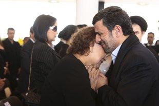 La madre de Chávez consolada por Ahmadinejad