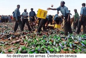 Musulmanes destruyendo botellas de cerveza