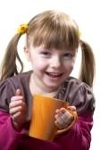 Taza de té servida por la niña