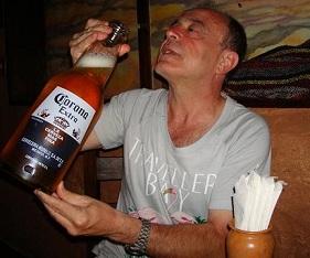 Un amigo de MaD bebiendo un tercio de cerveza