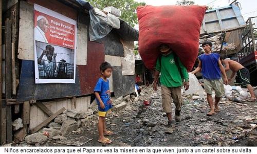 Niños filipinos junto al cartel del Papa
