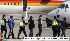 Policías deportando senegaleses